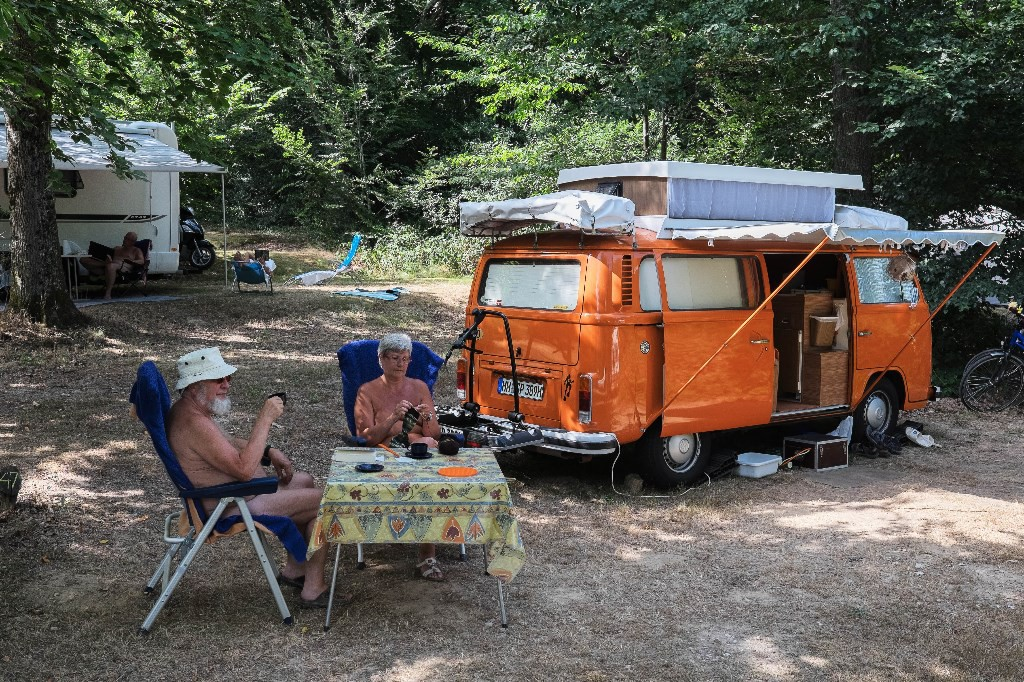 Camping creuse nature naturiste camping naturiste for Nudiste piscine